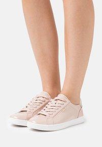 ONLY SHOES - ONLSHILO METALLIC - Sneakers laag - nude - 0