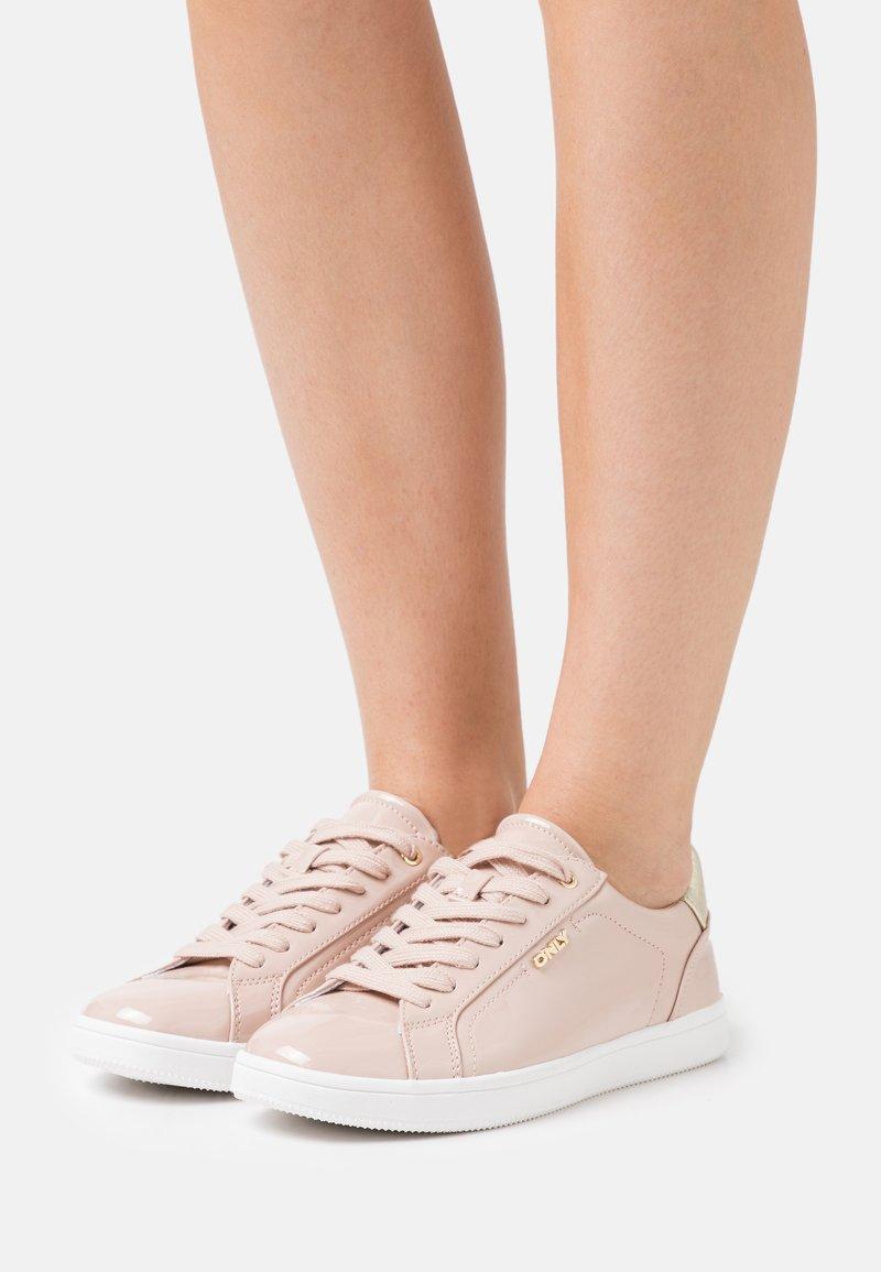 ONLY SHOES - ONLSHILO METALLIC - Sneakers laag - nude