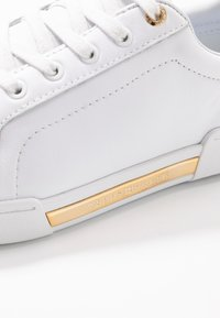 Tommy Hilfiger - BRANDED OUTSOLE METALLIC SNEAKER - Sneakers laag - white - 2