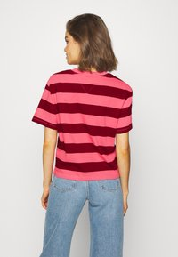 Tommy Jeans - STRIPE LOGO TEE - T-shirt imprimé - glamour pink/wine red - 2