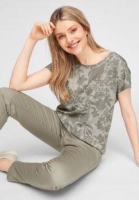 s.Oliver - T-shirt imprimé - khaki aop - 6