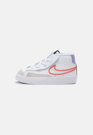 BLAZER MID '77 UNISEX - Sneakers laag - white/magic ember/purple pulse/pink