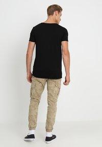 TOM TAILOR DENIM - V-NECK TEE - Basic T-shirt - black - 2