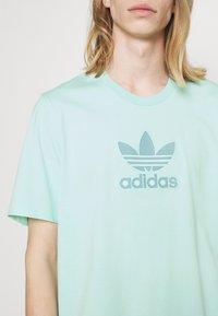 adidas Originals - TREF SERIES TEE UNISEX - Print T-shirt - clear mint - 5