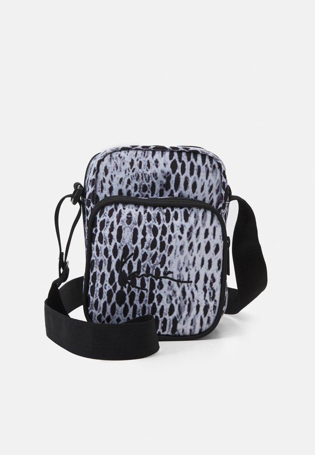 SIGNATURE SNAKE MESSENGER BAG UNISEX - Taška spříčným popruhem - black