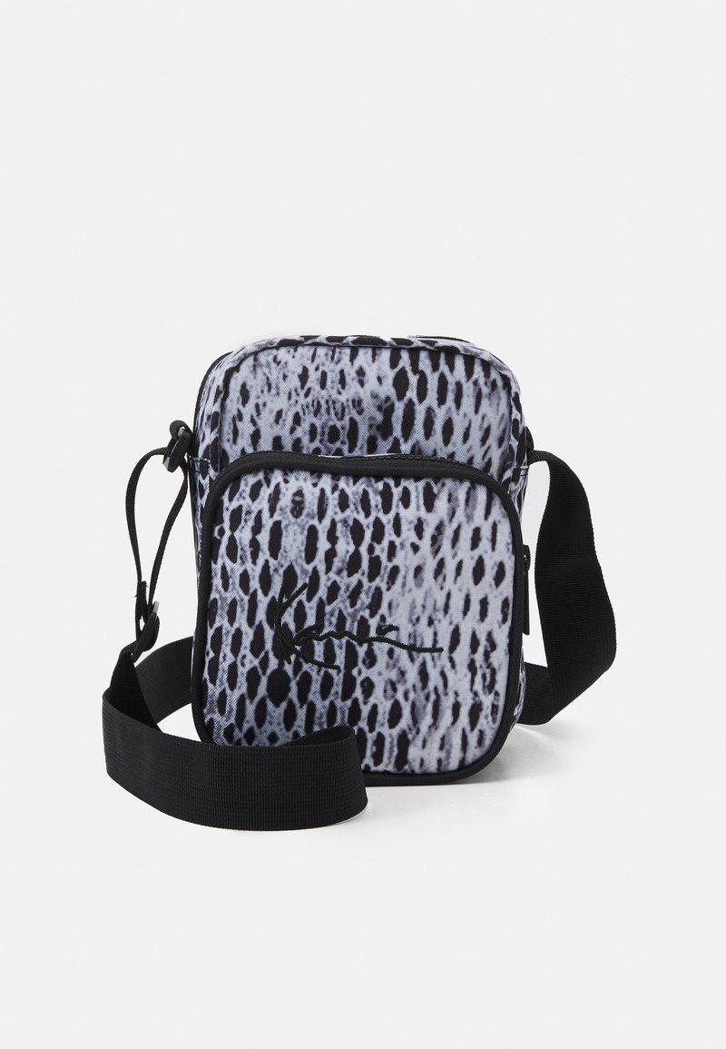 Karl Kani - SIGNATURE SNAKE MESSENGER BAG UNISEX - Across body bag - black