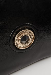 Versace Jeans Couture - ROUND BUTTON PATENT - Shopping bag - nero - 6