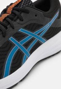 ASICS - PATRIOT 12 - Scarpe running neutre - black/reborn blue - 5