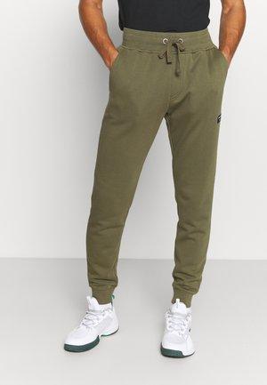 CENTRE TAPERED PANT - Teplákové kalhoty - ivy green