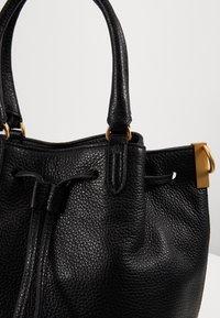 Coccinelle - GABRIELLE SOFT BUCKET - Handbag - noir - 4