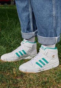 adidas Originals - FORUM MID - Sneakers hoog - white/gold met/gum - 2