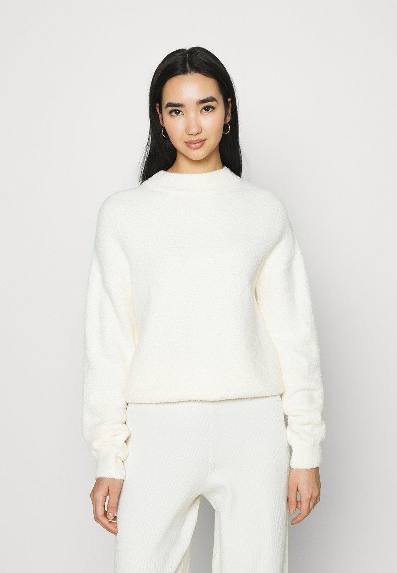 NA-KD - NA-KD X ZALANDO EXCLUSIVE - FLUFFY SWEATER - Strikkegenser - white