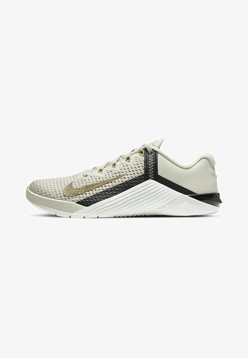 Nike Performance - METCON 6 - Sports shoes - light orewood brown/dark smoke grey/metallic gold