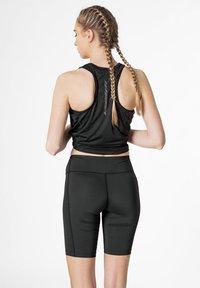 2XU - Shorts - black/dotted black logo - 2