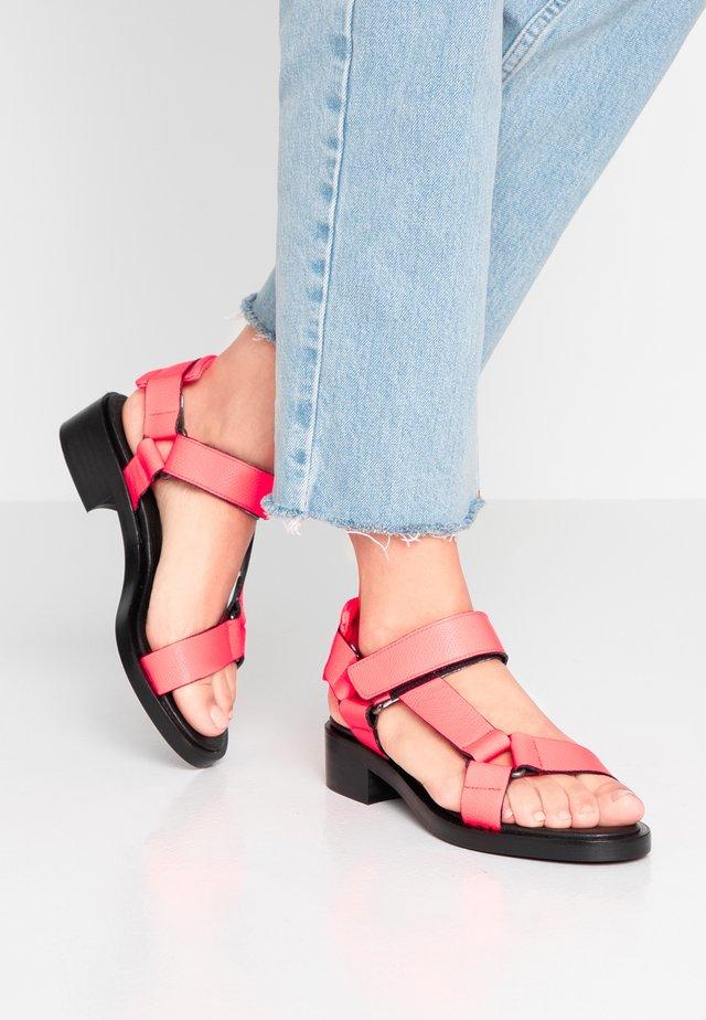 CLUB - Sandały - neon pink