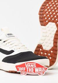 Vans - ULTRARANGE RAPIDWELD - Baskets basses - black/marshmallow - 7