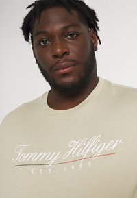 Tommy Hilfiger - SCRIPT LOGO TEE UNISEX - T-shirt con stampa - desert tan - 3