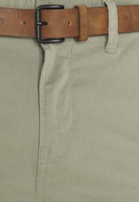 TOM TAILOR DENIM - WITH BELT - Chinos - greyish shadow olive - 2