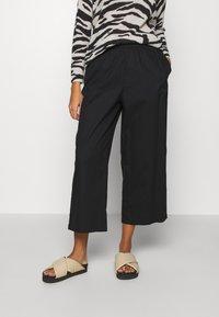 Monki - VILJA TROUSERS - Trousers - black dark - 0