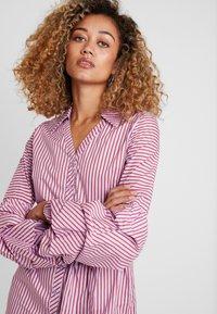 Apart - STRIPED DRESS - Robe chemise - lavender/red - 4