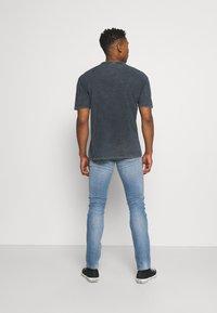 Carhartt WIP - REBEL PANT SPICER - Slim fit jeans - blue mid used wash - 2