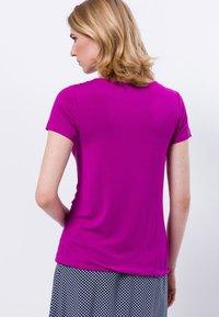 zero - MIT RUNDHALSAUSSCHNITT - Print T-shirt - magenta rouge - 2