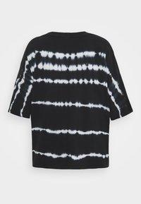 Noisy May Tall - NMBUSTER TIE DYE - T-shirt z nadrukiem - black - 1