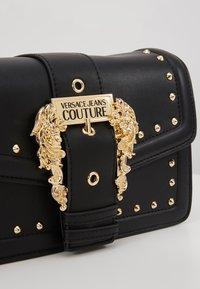 Versace Jeans Couture - BAROQUE BUCKLE STUD SHOULDER  - Borsa a tracolla - black - 6