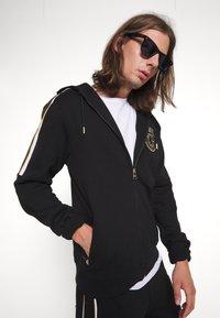 Glorious Gangsta - RAYLOW HOOD - Zip-up sweatshirt - jet black/gold - 3