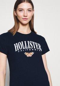 Hollister Co. - TECH CORE - Print T-shirt - navy blazer - 3