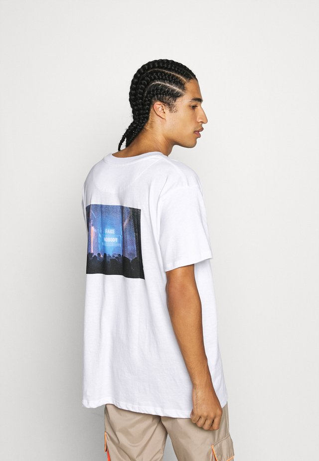 FAKE - Print T-shirt - white