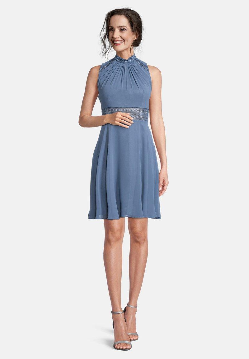 Vera Mont - MIT SPITZENEINSATZ - Cocktail dress / Party dress - hushed blue