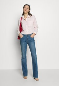 GAP - DUERO - Jeans bootcut - medium wash - 1