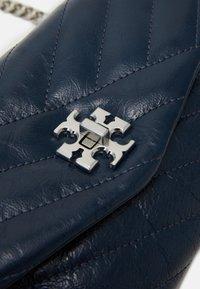 Tory Burch - KIRA CHEVRON TEXTURED CHAIN WALLET - Across body bag - federal blue - 3