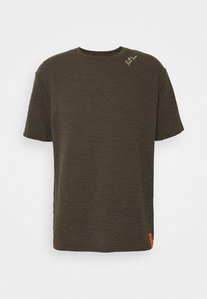 SHOULDER SIGNATURE TEE - Basic T-shirt - kaki