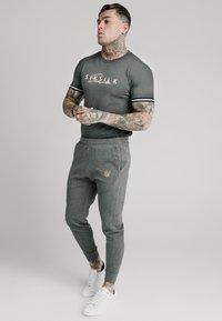 SIKSILK - SIGNATURE TEE - T-shirt con stampa - grey - 1