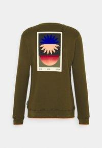 Scotch & Soda - WITH SEASONAL ARTWORKS - Sweatshirt - military - 1
