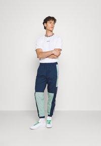 adidas Originals - LIGHTWEIGHT UNISEX - Pantaloni sportivi - hazy green/crew navy - 1
