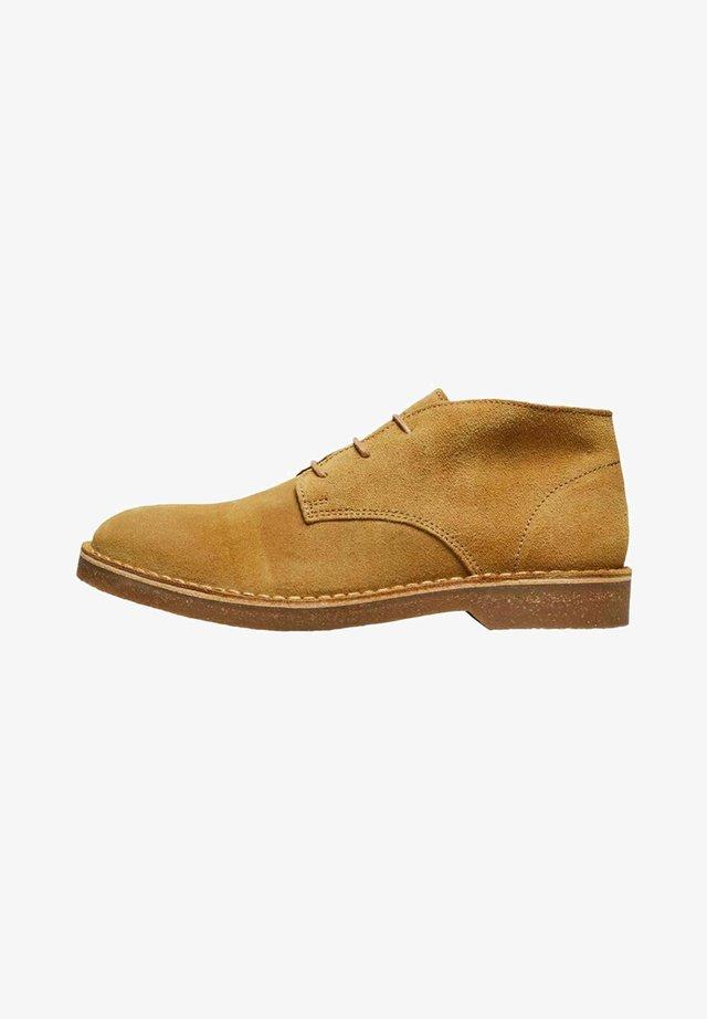 SLHRIGA DESERT BOOT - Sznurowane obuwie sportowe - cognac