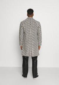 Topman - LEOPARD PRINT - Klasický kabát - grey - 2