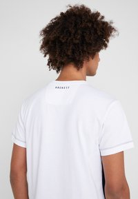 Hackett Aston Martin Racing - MULTI TEE - T-shirt z nadrukiem - navy/white - 3