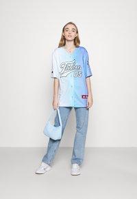 FUBU - VARSITY GRADIENT BASEBALL - Print T-shirt - blue - 1