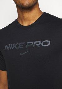 Nike Performance - TEE PRO - Print T-shirt - black/iron grey - 4