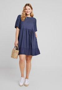 CAPSULE by Simply Be - SPOT LIGHTWEIGHT DRESS - Robe d'été - indigo - 2