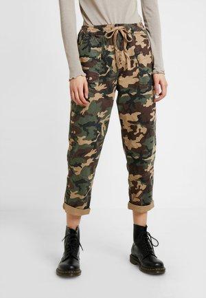 ROLLED HEM CHINO - Pantaloni - dark green