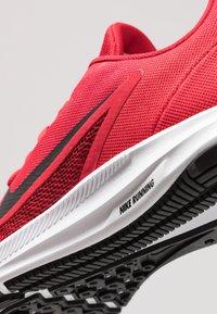 Nike Performance - DOWNSHIFTER  - Obuwie do biegania Stabilność - gym red/black/university red/white - 5