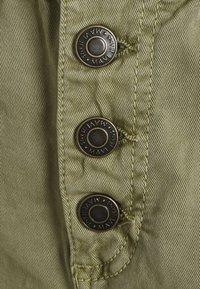 Mavi - TAYLOR - Shorts - green washed down - 2