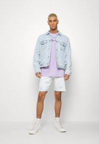 Karl Kani - SMALL SIGNATURE TEE - Basic T-shirt - lilac - 1