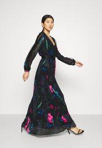 Guess - EKATERINA DRESS - Długa sukienka - botanical flow - 3
