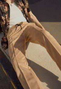 Pegador - WIDE PANTS - Kalhoty - almond - 2